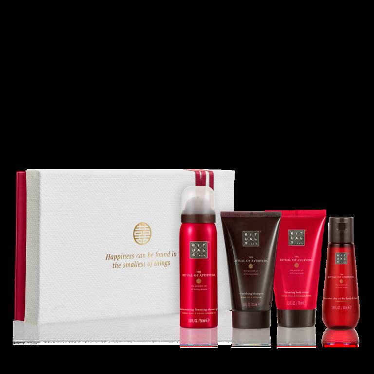 """<p>Deze prachtige gift set bevat een doucheschuim, shampoo, bodycrème en droge olie. Bereik innerlijke harmonie met deze verzachtende en aromatische producten op basis van Indiase roos en zoete amandelolie. geef de verpakking van de gift set een tweede leven door er foto's, brieven of andere voorwerpen in te bewaren.</p><p><span class=""""price_excl""""><strong>€ 15,54</strong>incl. 10% korting</span><em><span class=""""price_incl"""">(€ 18,80incl. BTW)<br />Minimale afname: 10 stuks</span></em></p>"""