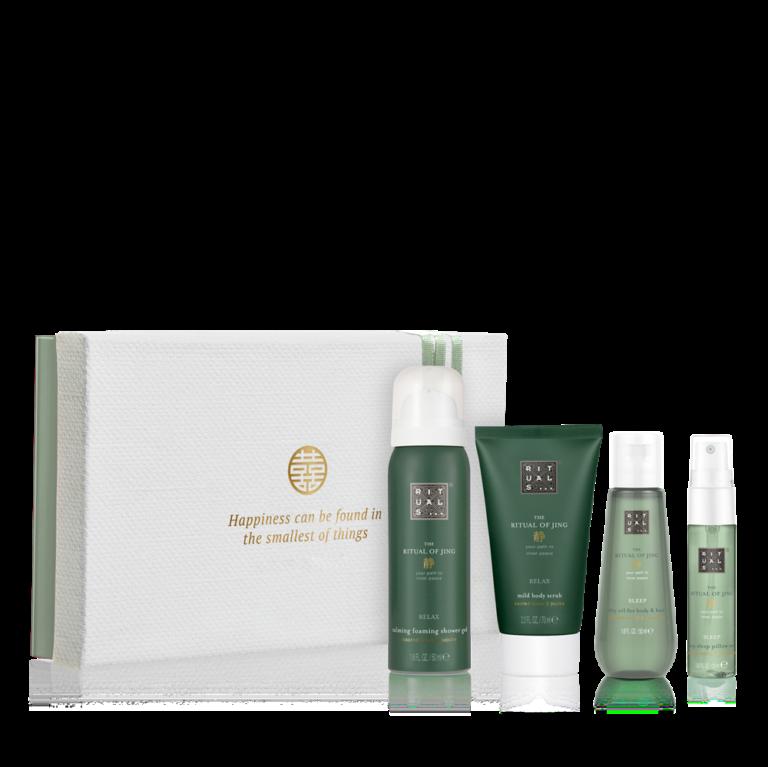 """<p>Deze prachtige gift set bevat een mini doucheschuim en bodyscrub, verrijkt met heilige lotus en jujube, en een droge olie en pillow mist met de geur van lavendel en heilig hout. Ontspan overdag en slaap 's nachts beter met deze prachtige producten van The Ritual of Jing.</p><p><span class=""""price_excl""""><strong>€ 15,54</strong>incl. 10% korting</span><em><span class=""""price_incl"""">(€ 18,80incl. BTW)<br />Minimale afname: 10 stuks<br /></span></em></p>"""